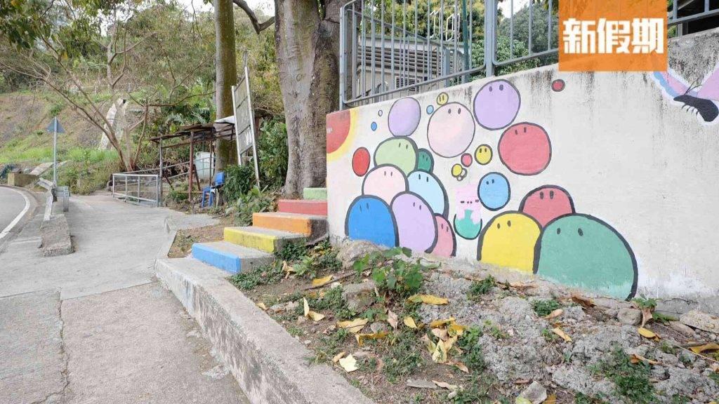 落車時看到彩色糰子壁畫及彩虹階梯,就代表沒有去錯地方了!