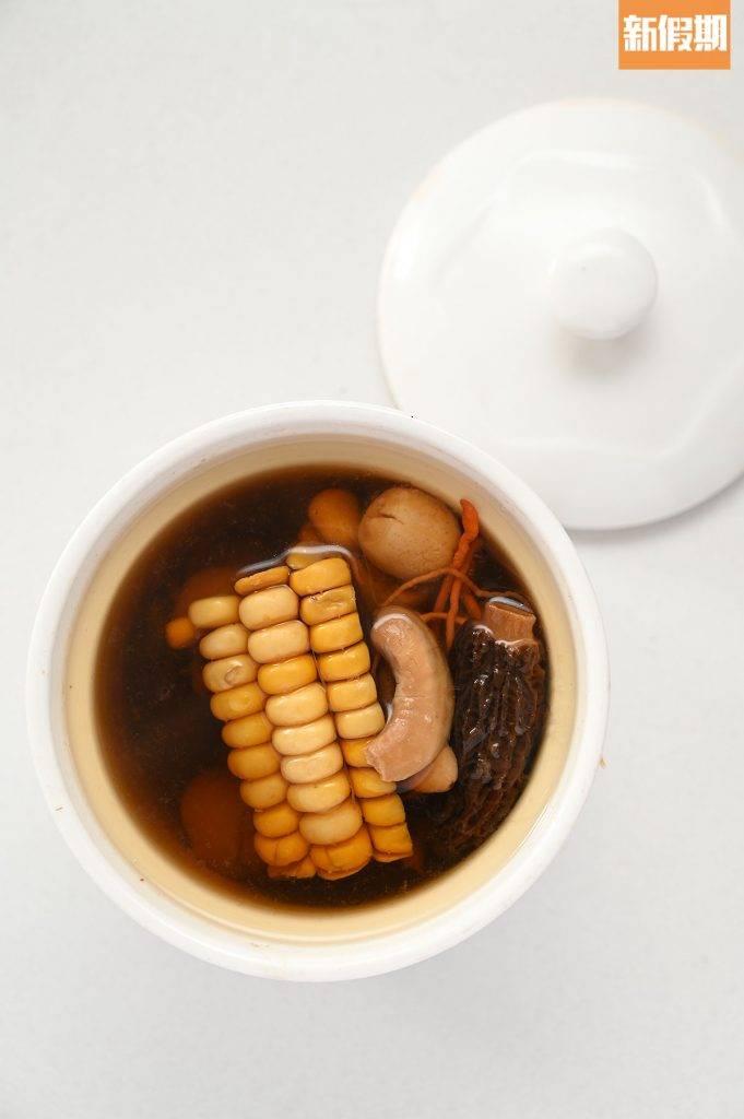 燉湯清甜滋潤,順喉暖胃。