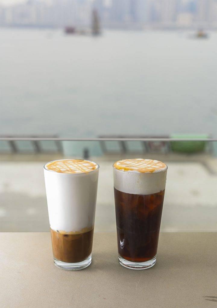 左起:海鹽焦糖綿雲鮮奶咖啡 -49、海鹽焦糖綿雲冷萃咖啡 -49前者以西班牙的夏日特飲Leche Merengada為靈感,在latte上加入海鹽焦糖糖漿,綿密的泡沫令口感順滑。後者則在甘醇的冷萃咖啡上同樣注入海鹽焦糖糖漿,鹹甜與香醇共冶一爐。