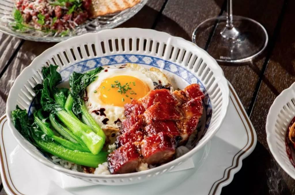 神級叉燒飯可是必點,叉燒燒至燶邊,記得要刺穿煎蛋,味道更溫潤。最正是底層米飯混和豬油及洋葱製作葱油飯,啖啖滋味。