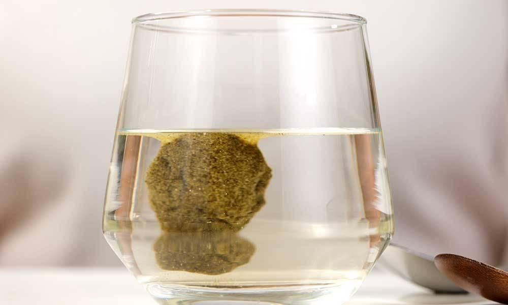 修腩素成功將油脂包實,並沉澱到杯底,超神奇!