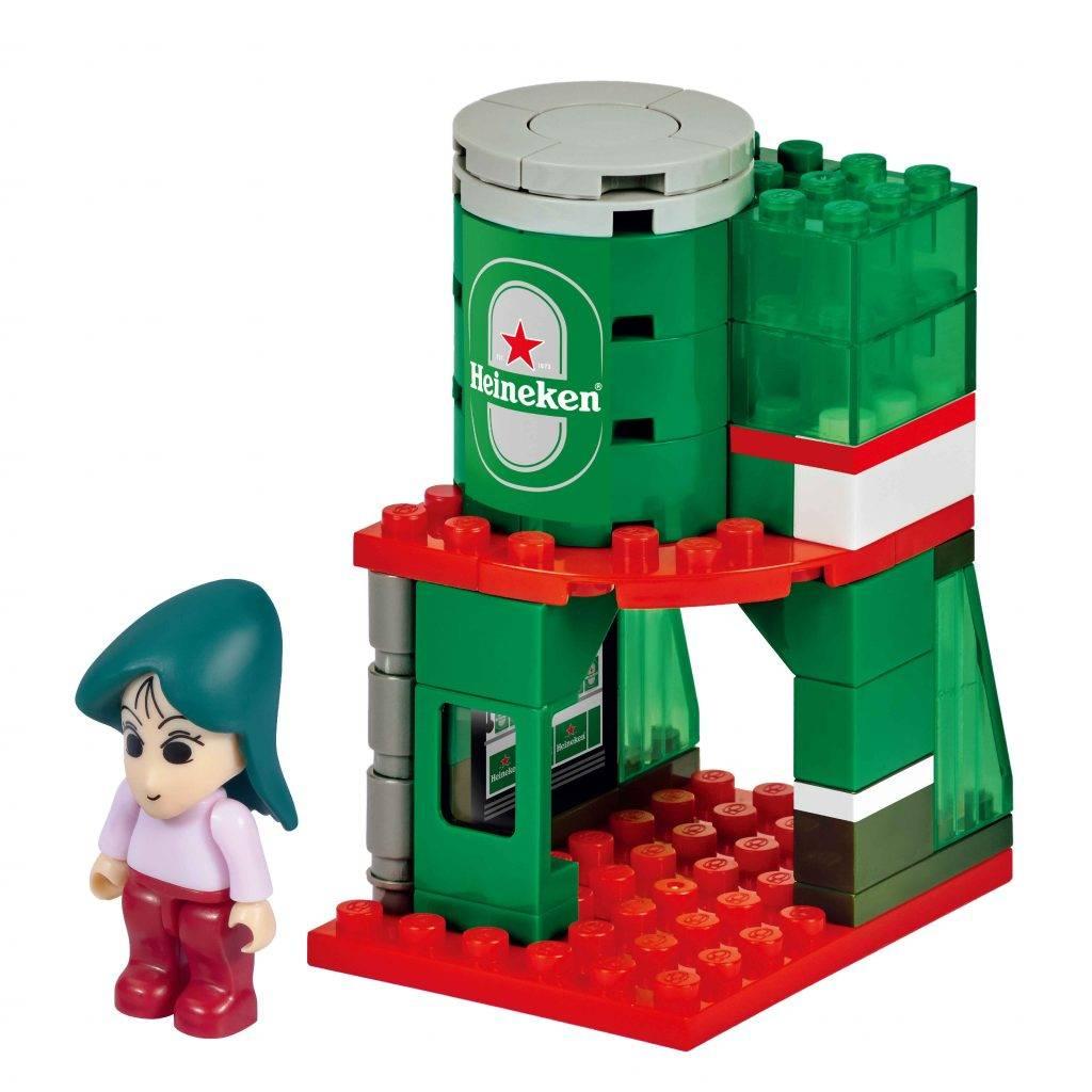 5.喜力(Heineken)店舖+松坂老師 造型霸氣十足的松坂老師,配以兩層式開放設計的店舖,第二層放有標誌性的喜力罐裝啤酒,配上旁邊透明設計的積木,設計感十足。