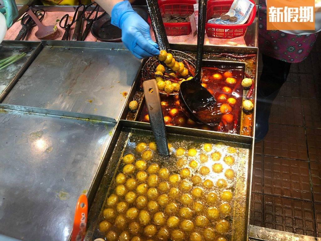 店舖一邊廂是酸辣粉區,另一邊廂則是主賣街頭小食,魚蛋、燒賣、腸粉都有。