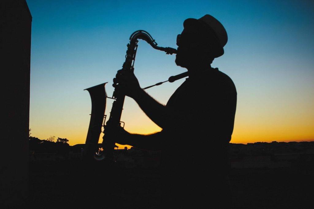 不料竟將男友心愛的Saxophone摧毀。