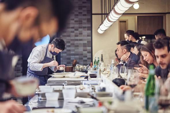 餐廳只有一張長長的吧枱,客人跟廚師可近距離交流。
