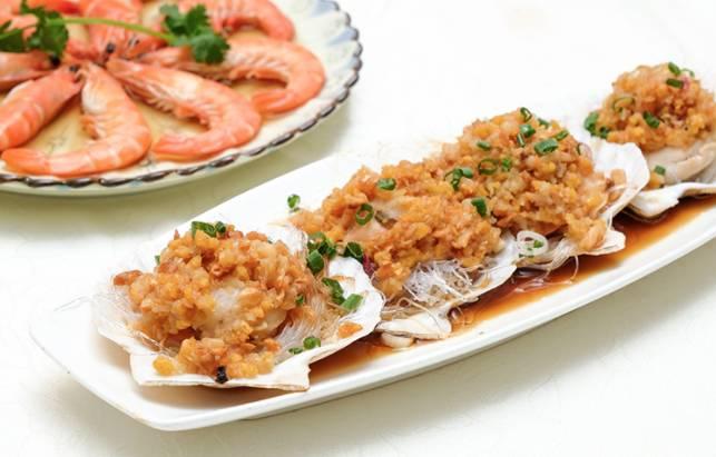 蒜蓉粉絲蒸扇貝扇貝肉夠厚肉,粉絲吸滿蒜蓉及扇貝鮮味,入味。