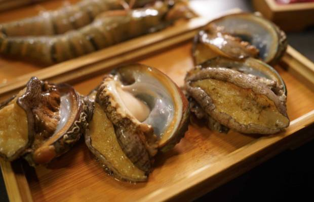 活鮑魚  每天都由街市新鮮入貨,十分生猛,肉厚鮮甜。