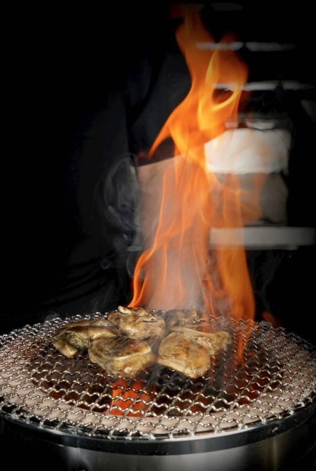 炭火雞  雞肉以炭火烤製,煙燻味濃,味道層次豐富。