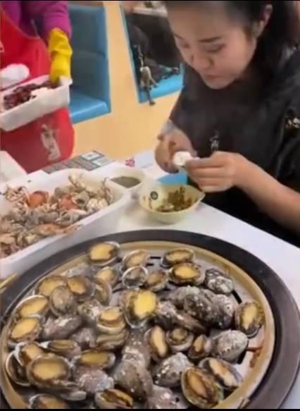 老闆在離開前更加一句:「多吃點啊!就愛吃鮑魚,別的都不吃!」,讓女子都十分尷尬。