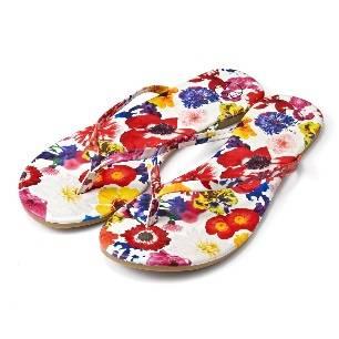 如色彩鮮豔的「Home Time」居家休閒服,手挽袋、萬用小袋、耳環髮夾等配飾及涼鞋,讓你輕易襯出獨有風格。