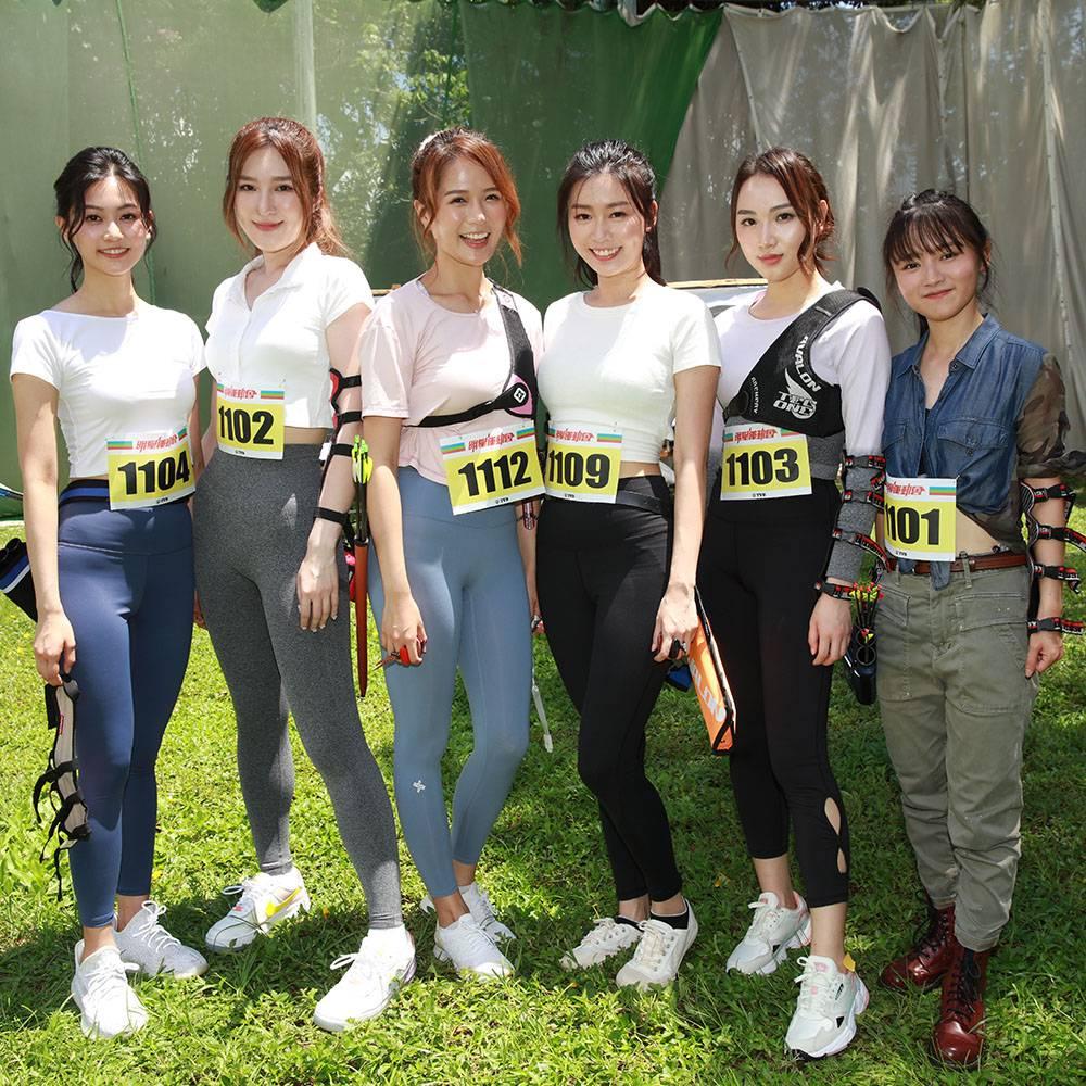 女子組箭術初賽由6位參賽藝員出戰,分別為(左起)「紅隊」的郭柏妍,和「藍隊」的鞏姿希、梁敏巧、李芷晴、黃子桐、羅毓儀。(圖片來源:TVB)