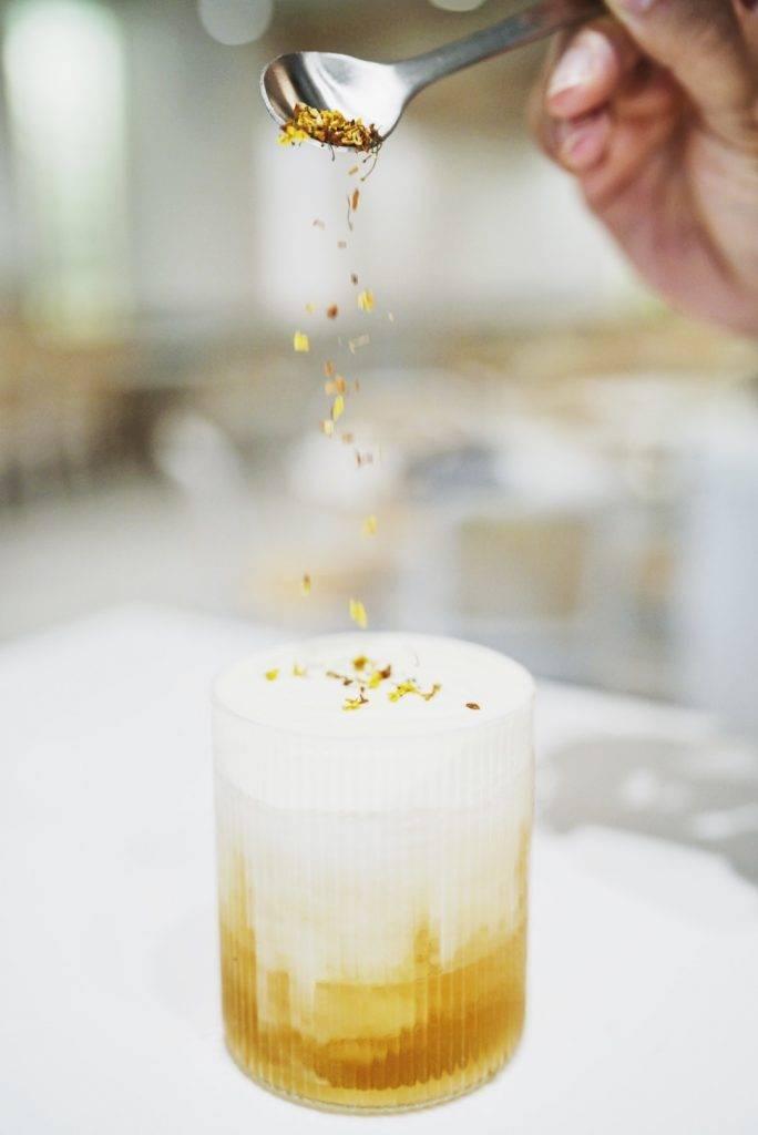 桂花烏龍奶蓋茶老闆也加入了不少香港大熱元素奶蓋茶,用上桂花調配十分清甜。(圖片來源:屋子)