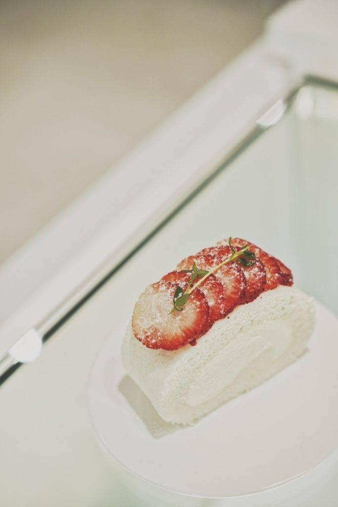 草莓純白卷蛋當然不少得近期大熱的卷蛋,卷蛋甜而不膩!(圖片來源:屋子)
