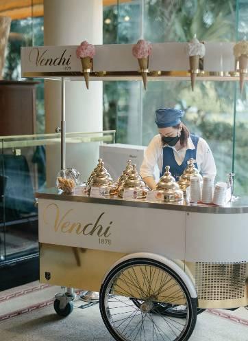 餐廳內設有Venchi Cioccogelateria意大利雪糕車,每位食客可自選一款意式手工雪糕。(圖片來源:香港港麗酒店)