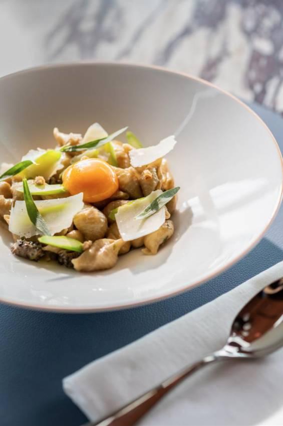 羊肚菌芝士貝殼粉配蘆筍5羊肚菌醬汁濃稠,配上蛋黃讓味道更溫潤。