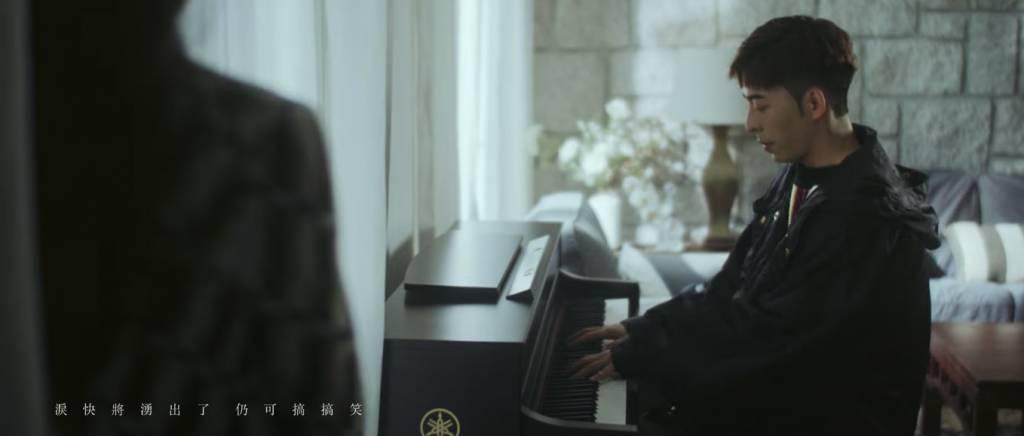 所以叫咗Edan教琴(圖片來源:Mirror官方Youtube頻道)