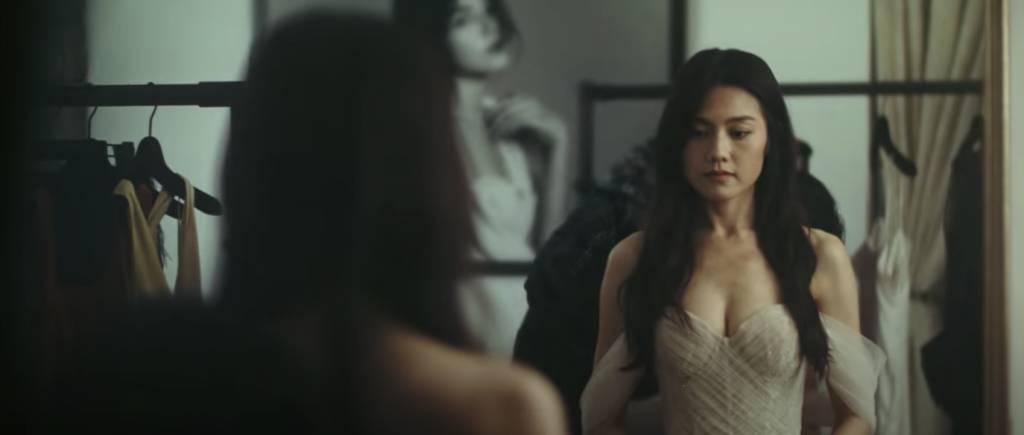 更默默陪娜姐試婚紗 (圖片來源:Mirror官方Youtube頻道)