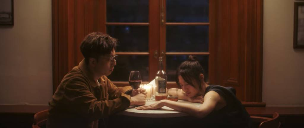 偶然兩人喝得大醉(圖片來源:Mirror官方Youtube頻道)
