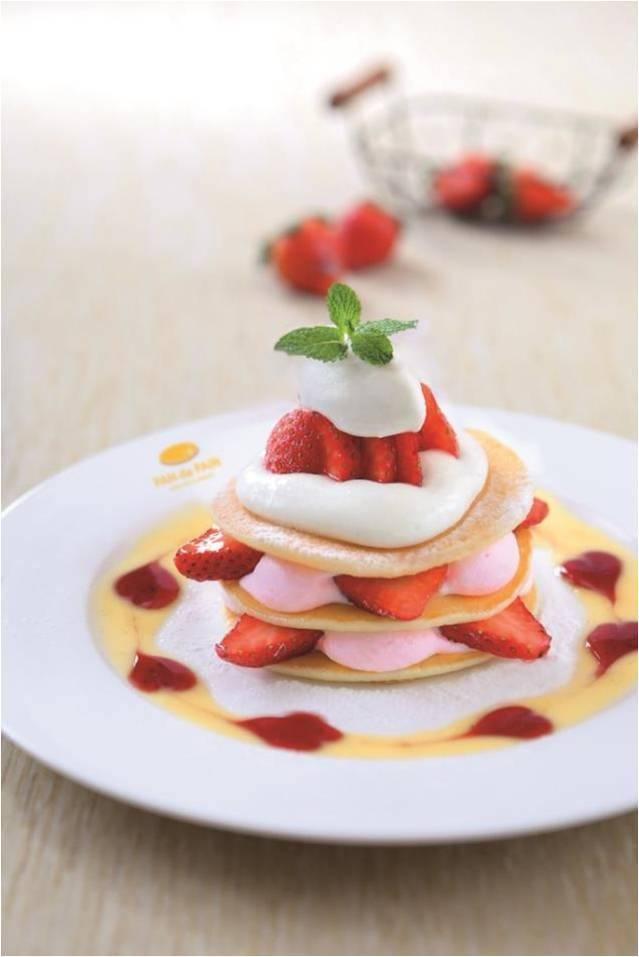 Strawberry Signature Pancakes多層的pancakes夾雜了草莓及草莓忌廉,幸福滿瀉。 (圖片來源:PAN de PAIN)