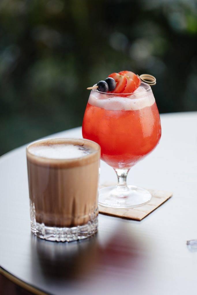 雙人下午茶包含兩杯飲料,食客可選士多啤梨氣泡特調Strawberry Fritz、特選朱古力鮮奶黑茶Cocoa Tea Latte、精選茗茶或咖啡。(圖片來源:香港港麗酒店)