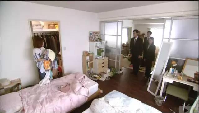 日劇《半澤直樹》有一幕是政府人員到他們家搜證,平日恩愛非常的半澤夫婦原來也是分床睡。(圖片來源:《半澤直樹》截圖)