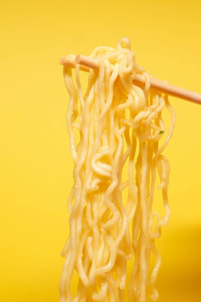 以100克份量比較,大部分非油炸即食麵比普通的少1-2茶匙油,但都要視乎麵餅份量的多少,兩者熱量有可能相約。(圖片來源:網上圖片)