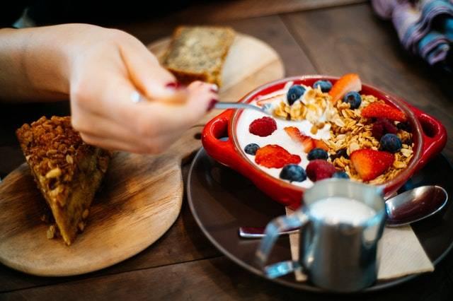 千萬不要因為早餐麥片的包裝有「light」或「health」等字眼,就以為它較健康,必須詳細閱讀營養標籤作比較。(圖片來源:Pexels)