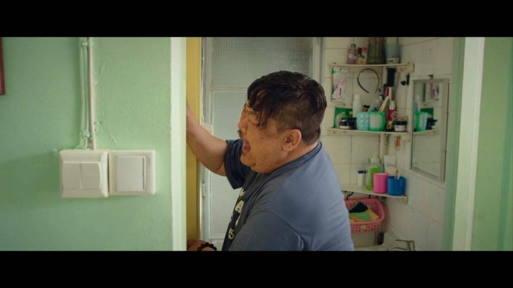 樓主崩潰拍門一粒鐘才能去廁所。(圖片來源:《向西聞記》〈碌架床〉)