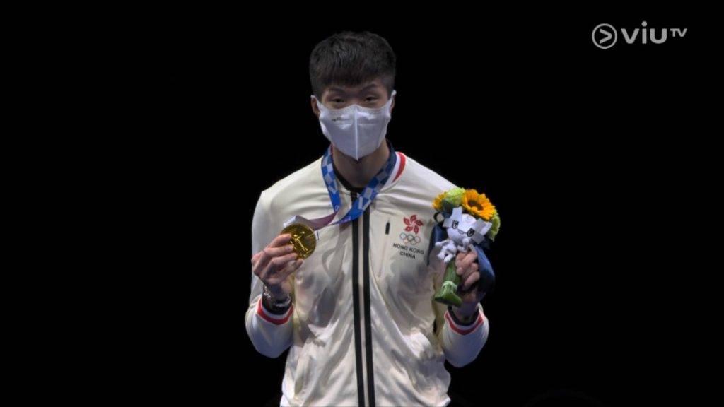 結果家朗拿著銀牌公仔拍照,但他表示並不介懷。(圖片來源:ViuTV)