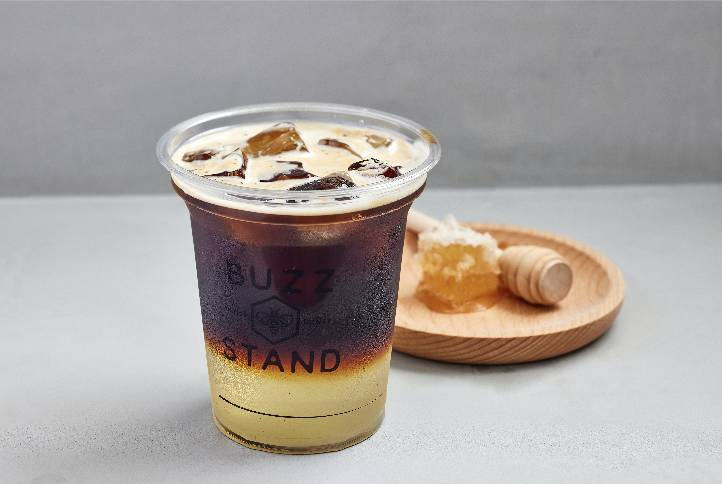 蜂蜜咖啡這款咖啡提供熱飲及凍飲選擇。(圖片來源:Buzz Stand)