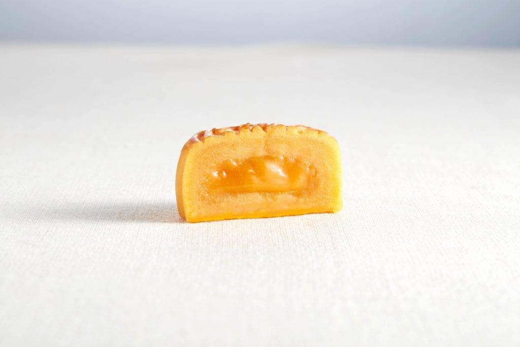 由鹹蛋黃、牛油、雞蛋、椰漿、忌廉及吉士粉所製作的流心奶黃餡料,牛油味香濃。(圖片來源:花玥)