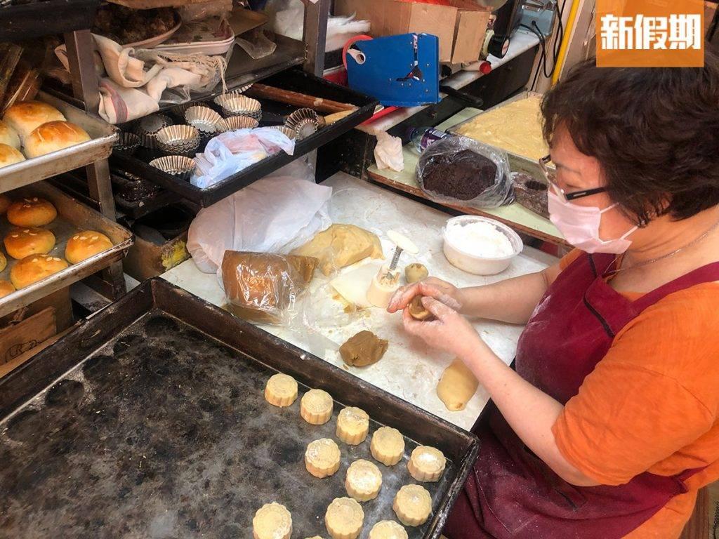 吳太手腳麻利地包好一件件迷你月餅。(圖片來源:)