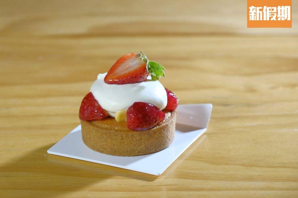 士多啤梨配野莓果撻撻皮酥化,酸甜的水果配上幼滑淡忌廉,起了解膩作用。(圖片來源:)