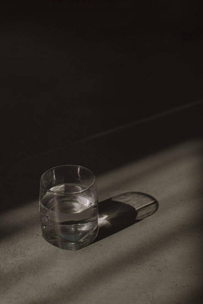 睡前2-3小時飲水,以免晚上要去洗手間,影響睡眠質素。(圖片來源:Pexels)