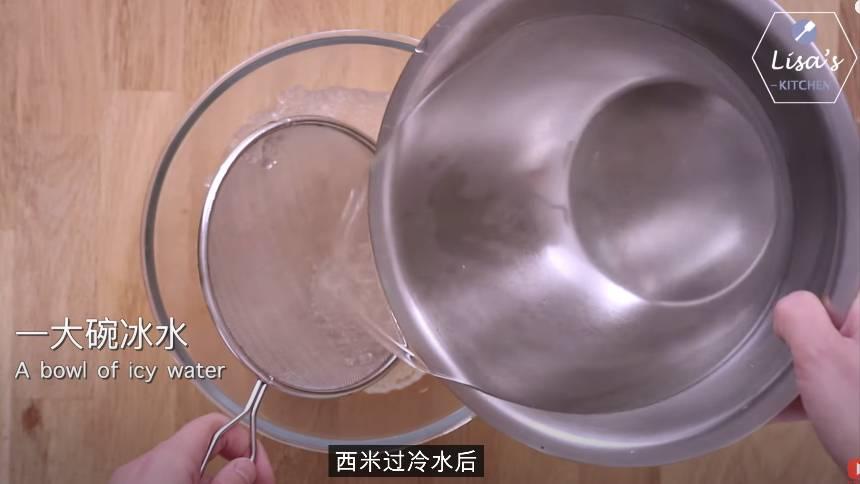 煮好的西米先過開水,再放入冰水中浸泡。(圖片來源:薩姐的南腔北調Lisa's Kitchen)