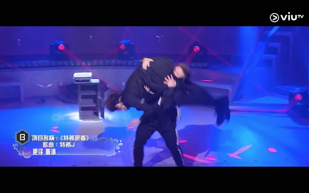 當中多個舞蹈動作都令人拍手叫好,這個抱着姜濤旋轉的動作也是記憶點之一,肥仔的排舞能力真是無容置疑(圖片來源:Youtube截圖@Viu TV)