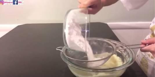 篩入低筋麵粉、吉士粉、椰子粉再攪拌,攪拌至棉花狀態為佳。(圖片來源:甜師奶)