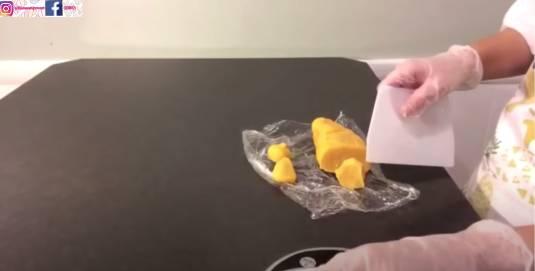 把奶皇餡料從雪櫃拿出,分18g一份。(圖片來源:甜師奶)