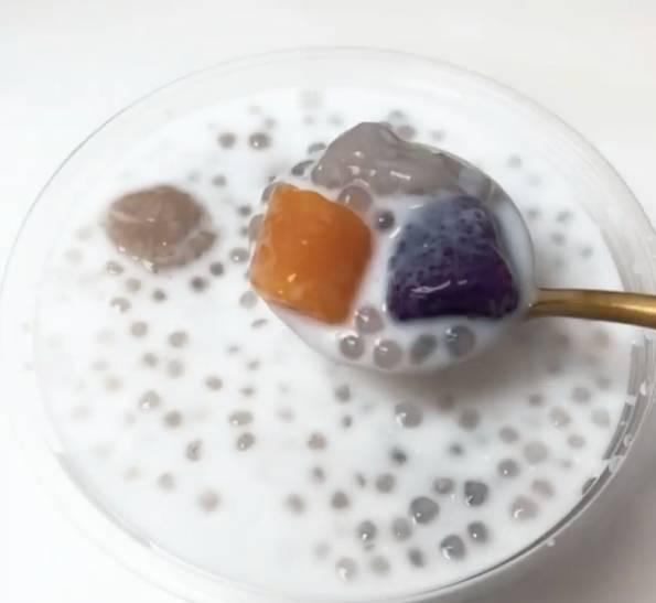 三色分立有芋圓、地瓜圓、紫薯圓、寒 天晶球、小芋圓及西米,足料滿瀉有誠意。(圖片來源:)