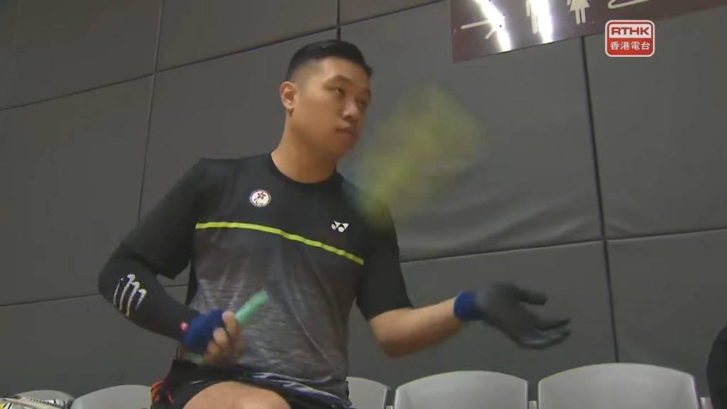 陳浩源坦言雖然自小已接觸羽毛球,但在輪椅上打卻是截然不同,以往的經驗成為阻礙,要重新學習。(圖片來源:RTHK)