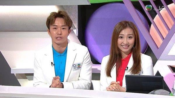 李靄璣(右)在奧運女子氣槍比賽中,指選手戴headphone聽音樂。(圖片來源:TVB)