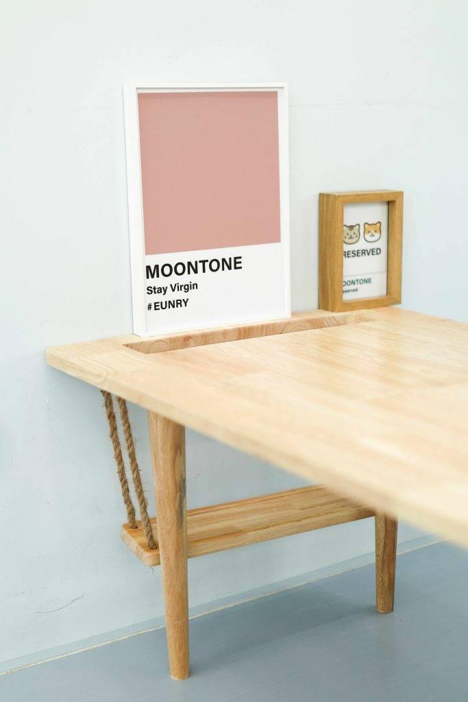 少量木枱上放著小型Pantone色板作裝飾。(圖片來源:Moontone)