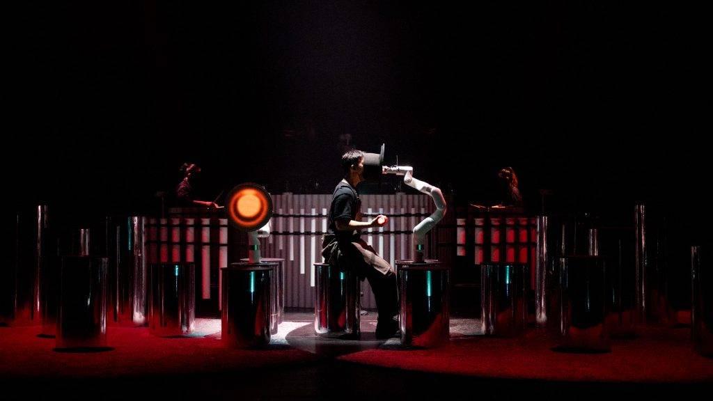 表演探討人類生活在科技世代與機器的關係。