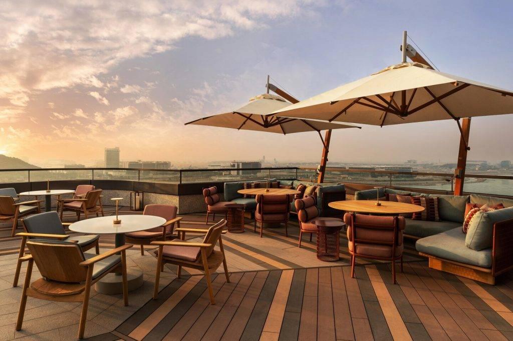 酒店餐廳室外位置可以俯瞰日落。(圖片來源:官方圖片)