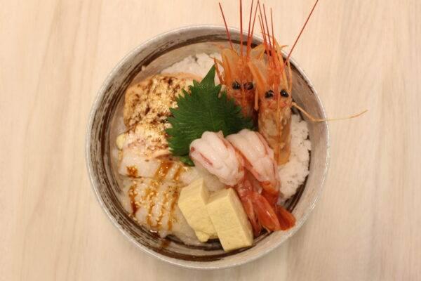 火炙丼( 5pm前)-(5pm後)有3款刺身,分別是左口玉子、三文魚及赤蝦。(圖片來源:千之味刺身壽司專門店)