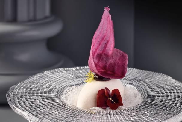 蜜桃雪葩0新鮮白桃製成的雪葩味道天然,配合藍莓醬、桃味泡沫,冰涼清甜,十分消膩。(圖片來源:GIACOMO)