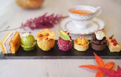 燴紅桑子大黃雲呢嗱芝士蛋糕 由於St. Germain帶有甜甜的果香味,再混合大黃及紅桑子醬,酸甜味道平衡了芝士蛋糕的濃厚質感。(圖片來源:灣仔凱悅酒店授權圖片)