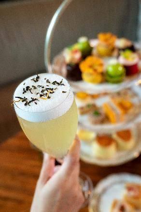 堂食的賓客除了品嚐茗茶,亦可以0選擇加配茶園新調製的Teaffin雞尾酒 。(圖片來源:灣仔凱悅酒店授權圖片)