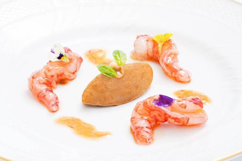 西西里酸甜茄子西西里紅蝦Size不算大,但入口鮮甜,中間為酸甜茄子雪糕,以醋、蜂蜜、茄子、番茄等做成,酸甜開胃。(圖片來源:Radical chic)