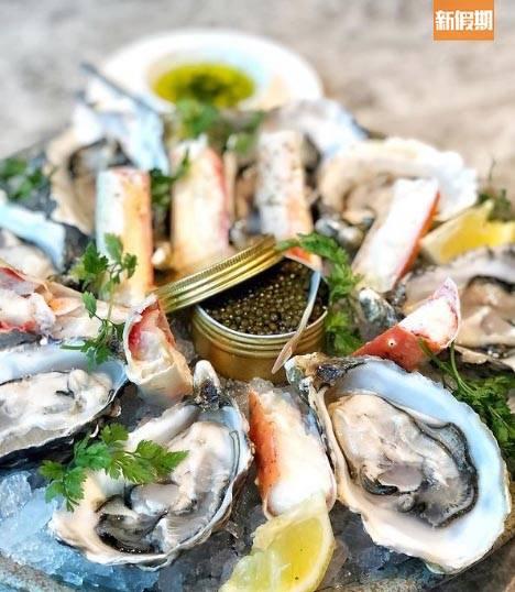 海鮮拼盤包括每人兩隻生蠔、兩條蟹腳及魚子醬。(圖片來源:新假期編輯部)